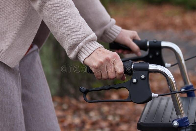 Het bejaarde lopen met leurder stock foto's