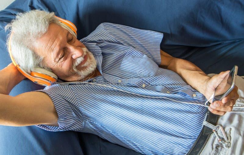 Het bejaarde luistert muziek royalty-vrije stock fotografie