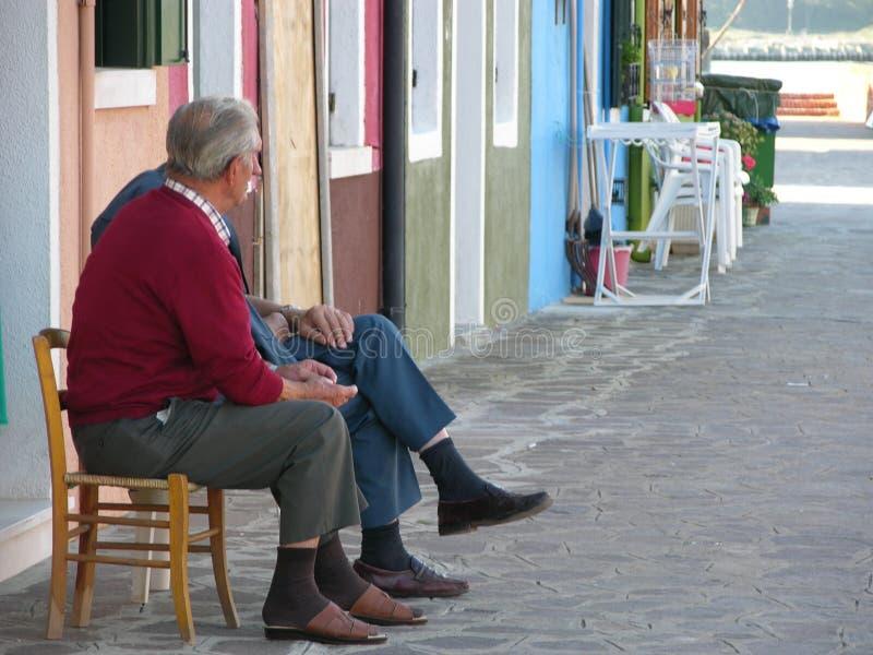 Het bejaarde mensen spreken stock afbeeldingen