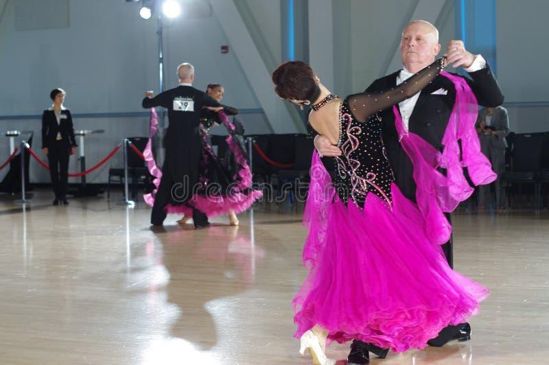 Het bejaarde paar dansen royalty-vrije stock afbeeldingen