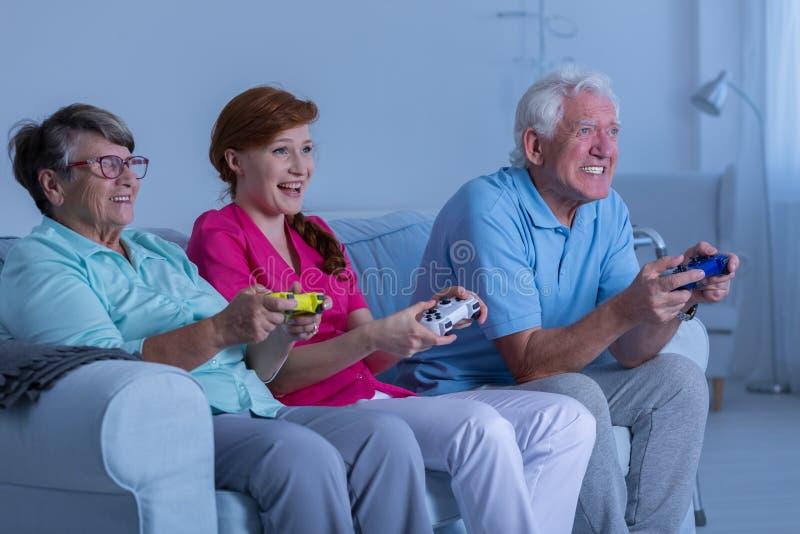 Het bejaarde paar en verzorger spelen royalty-vrije stock afbeeldingen