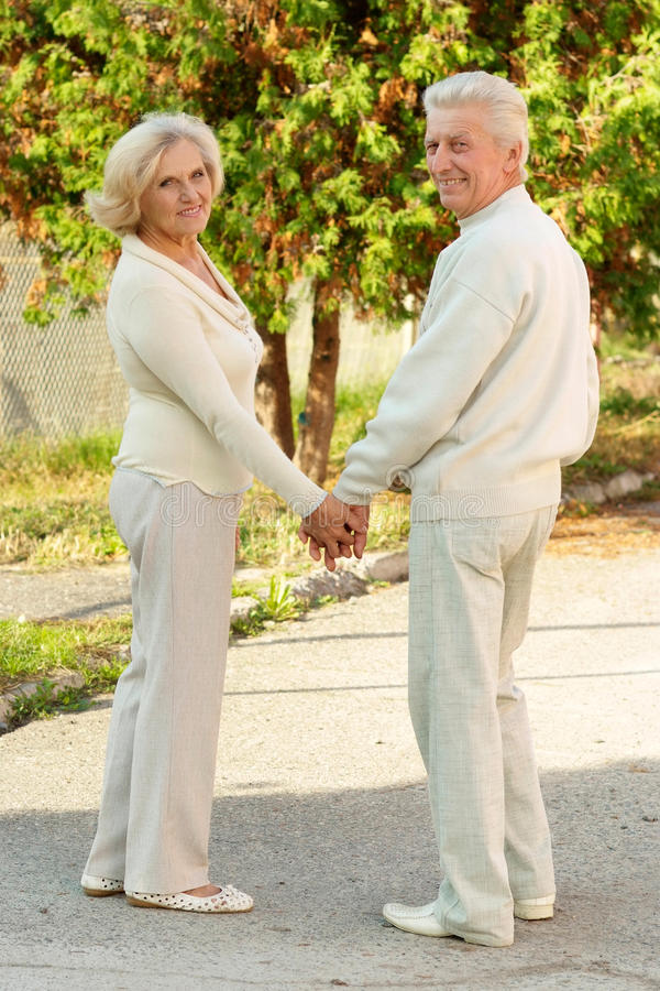 het bejaarde paar lopen stock foto