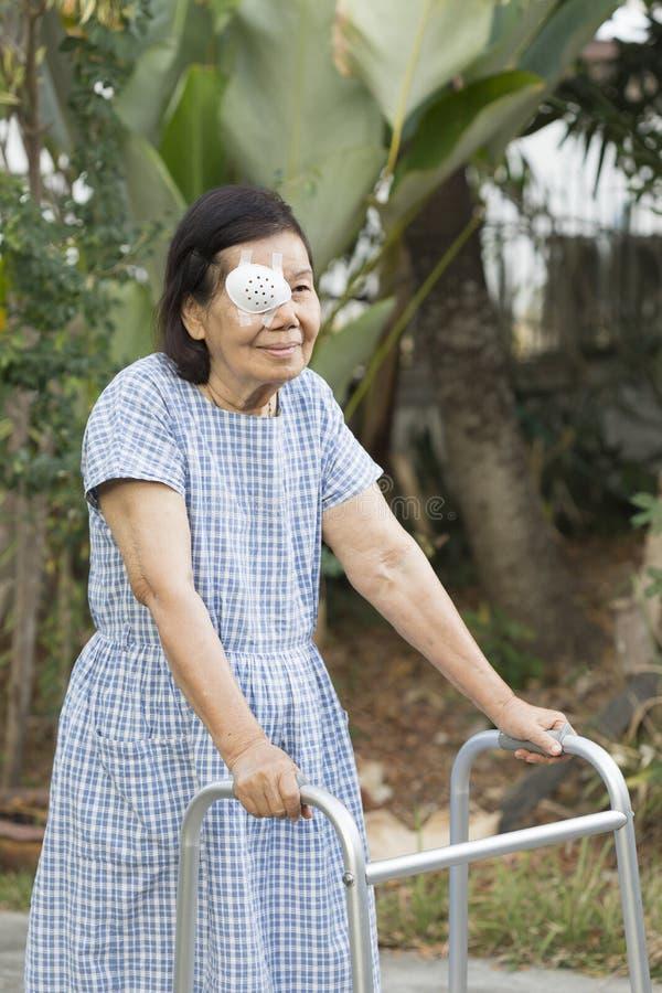 Het bejaarde schild die van het gebruiksoog na cataractchirurgie behandelen royalty-vrije stock fotografie