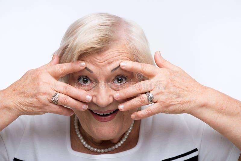 Het bejaarde sluit haar mond, oren en ogen met royalty-vrije stock afbeeldingen