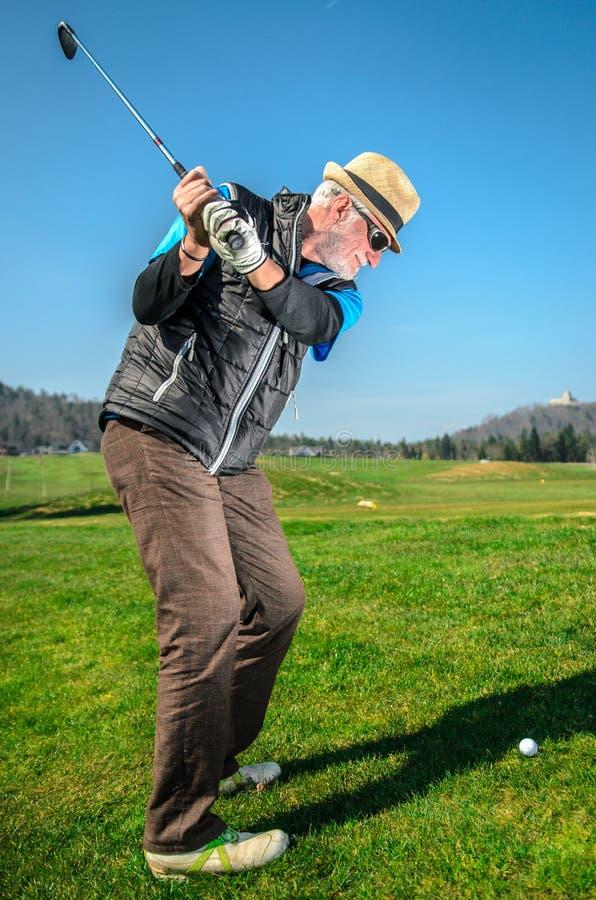 Het bejaarde speelt golf royalty-vrije stock fotografie
