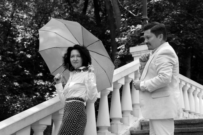 Het bejaarde van de de liefdefamilie van paar gelukkige emoties echte park op middelbare leeftijd van de de parapluzomer stock foto's