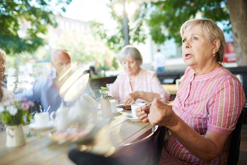 Het bejaarde verzamelde zich met haar vrienden stock fotografie