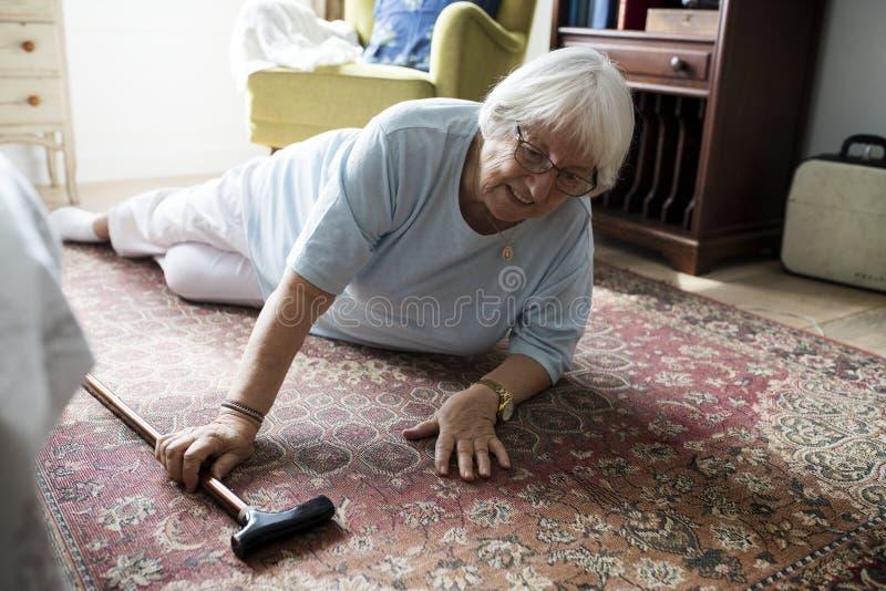 Het bejaarde viel op de vloer royalty-vrije stock foto
