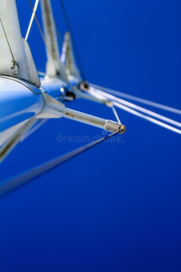 Het bekijken bootmast met optuigen en blauwe hemel stock foto's