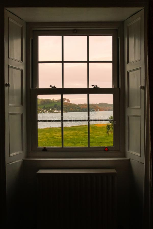 Het bekijken de zonsopgang door het venster royalty-vrije stock foto's