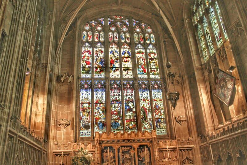 Het bekijken een kerkvenster royalty-vrije stock afbeelding