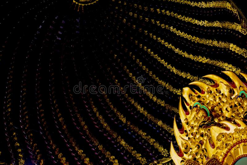 Het bekijken omhoog dak binnen Chinese tempel - overweldigende gouden detail en patronen stock afbeelding