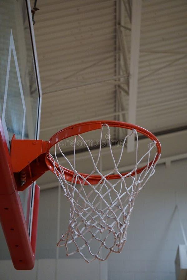 Het bekijken omhoog de basketbalhoepel royalty-vrije stock afbeeldingen