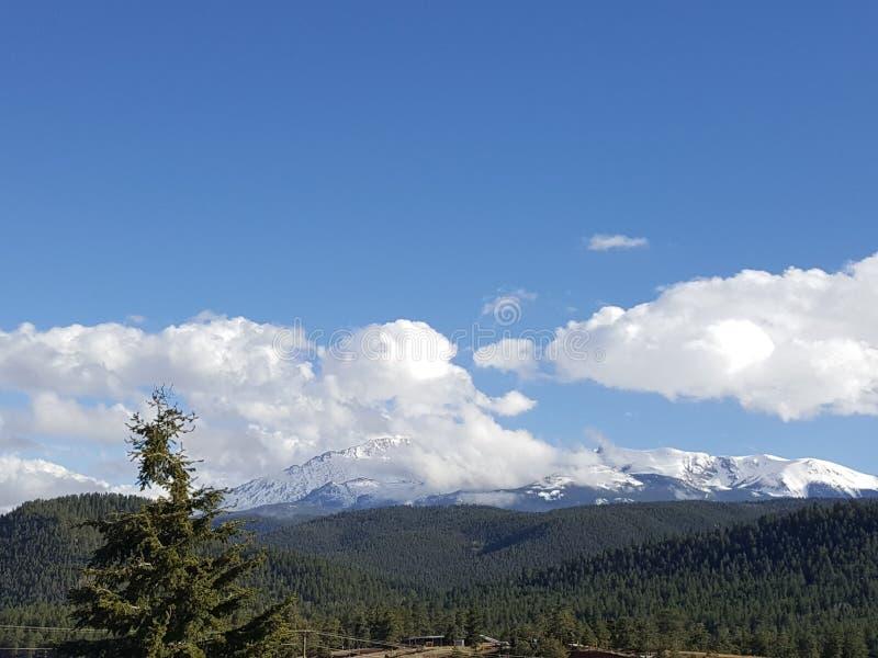 Het bekijken omhoog de Berg stock foto