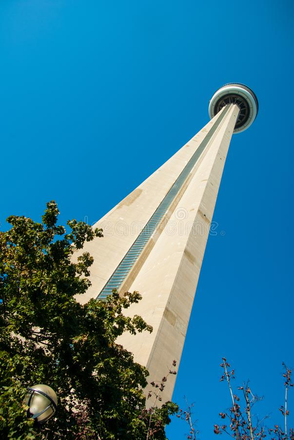 Het bekijken omhoog de CN toren van grondniveau - in kleur royalty-vrije stock foto