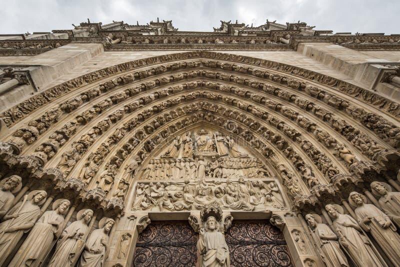 Het bekijken omhoog de Gotische voorgevel van Notre Dame de Paris Cathedral stock fotografie