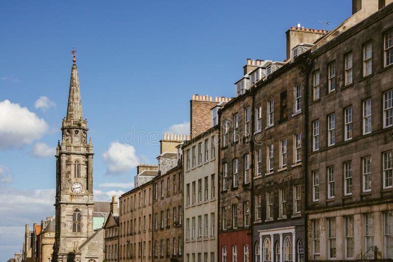 Het bekijken omhoog een rij van huizen en kerktorenspits in Edinburgh stock afbeeldingen