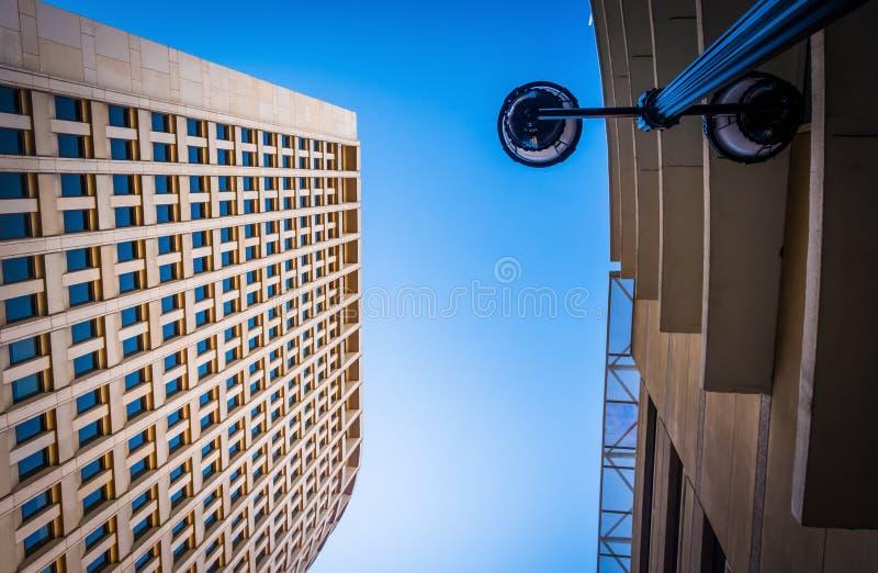 Het bekijken omhoog een straatlantaarn en het Brandywine-Gebouw in downto royalty-vrije stock foto