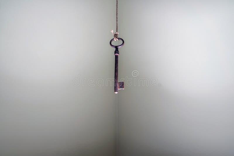Het bekijken omhoog het oude zeer belangrijke hangen op koord Bedrijfssuccesfreedo stock foto