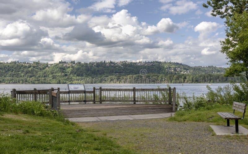 Het bekijken van platform langs de rivier van Colombia stock foto's