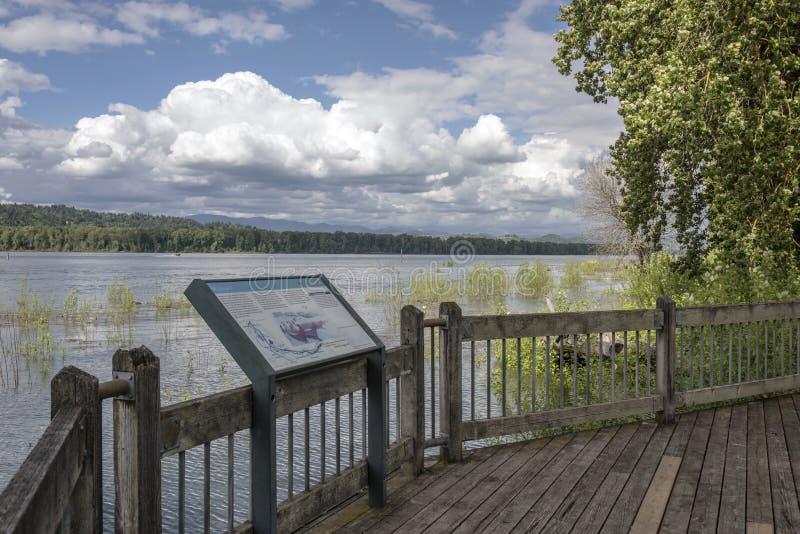 Het bekijken van platform langs de rivier van Colombia stock foto