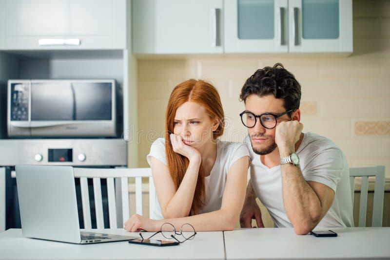 Het beklemtoonde paar in probleem, heeft geen geld om schulden te betalen, om huur te betalen royalty-vrije stock afbeeldingen