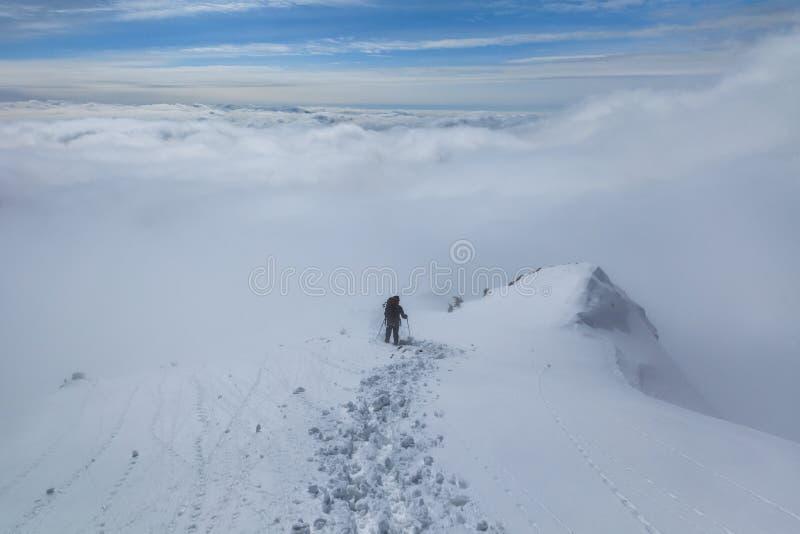 Het beklimmen op berg in de winter royalty-vrije stock foto