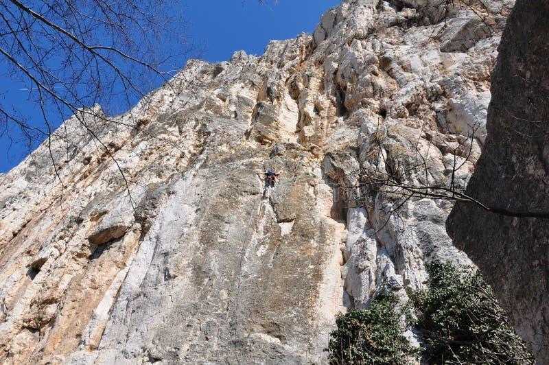 Het beklimmen op de rotsmuur stock afbeeldingen