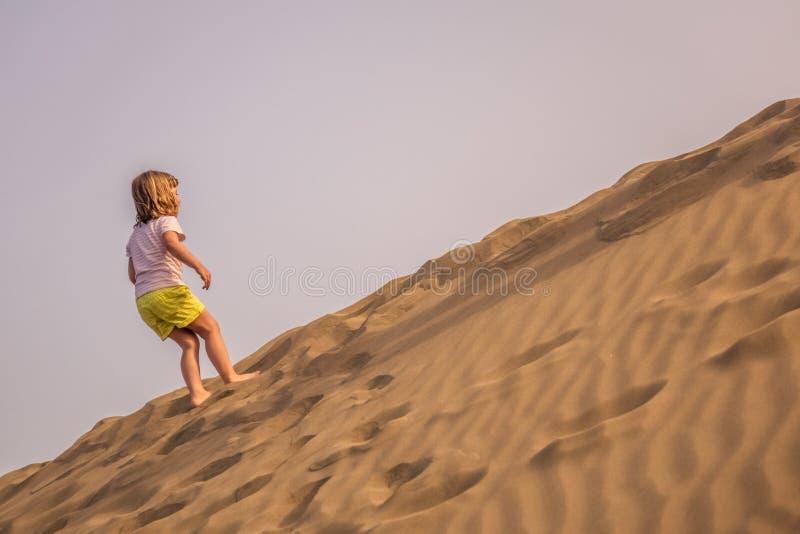 Het beklimmen op de zandduinen stock fotografie