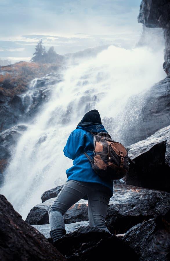 Het beklimmen op een waterval stock fotografie