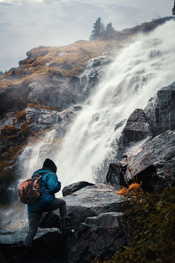 Het beklimmen op een waterval royalty-vrije stock foto