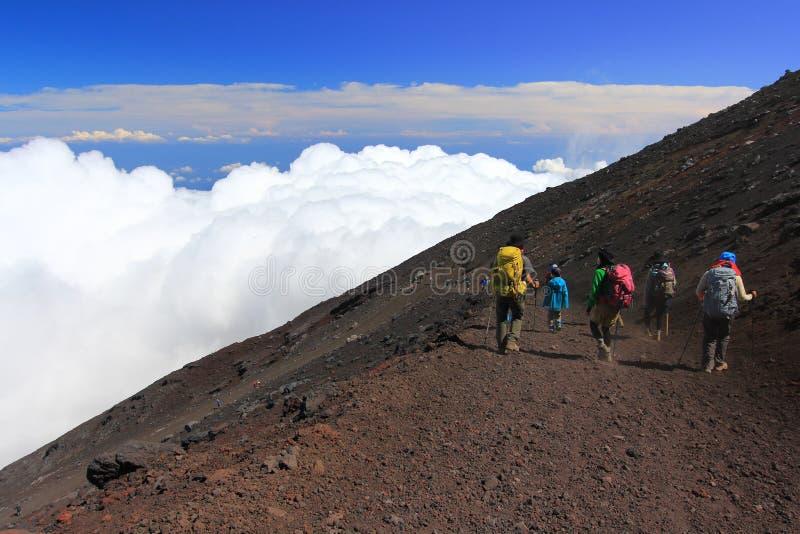Het beklimmen van bergfuji en overzees van wolken stock foto's