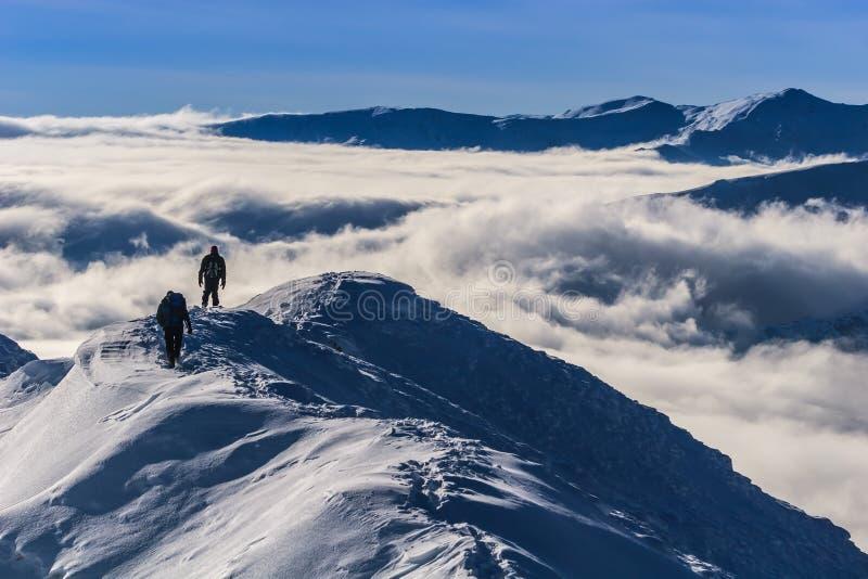 Het beklimmen van de berg in de winter royalty-vrije stock afbeeldingen