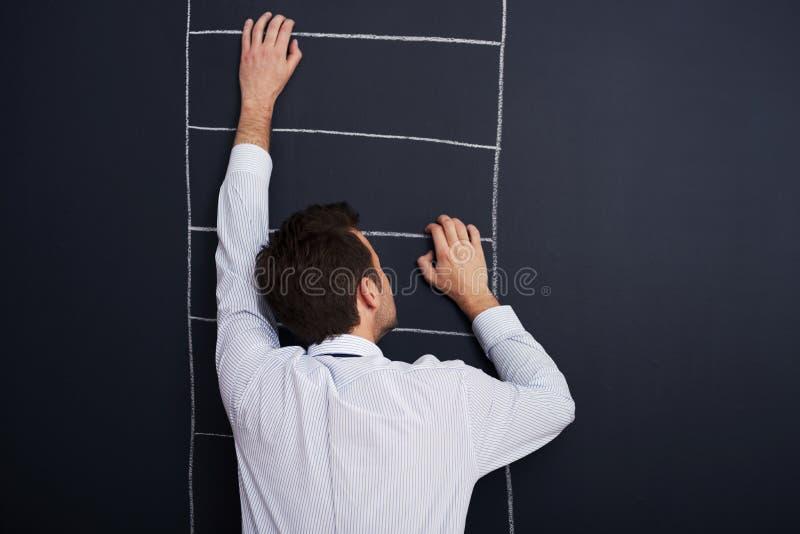 Het beklimmen van de ladder van succes royalty-vrije stock afbeelding