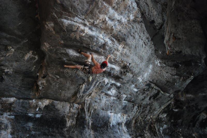 Het beklimmen van een steile rotsgezicht stock foto