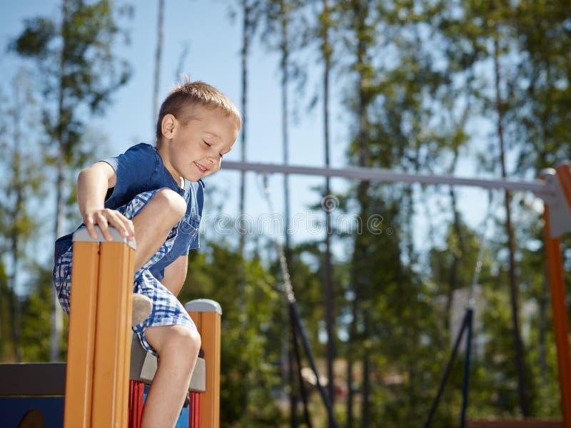 Het beklimmen van jongen stock afbeelding