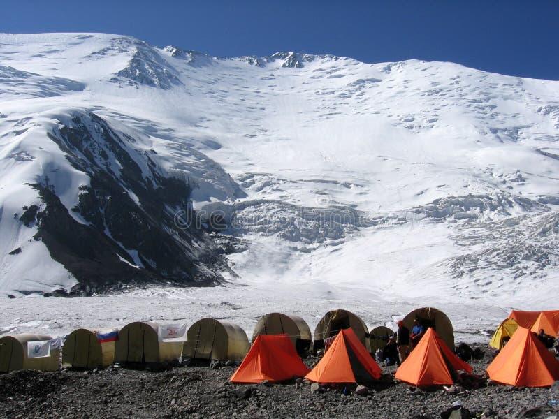 Het beklimmen van kamp in de bergen van Kyrgyzstan stock foto