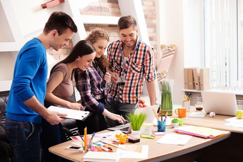 Het bekwame creatieve team neemt samen besluiten stock afbeeldingen