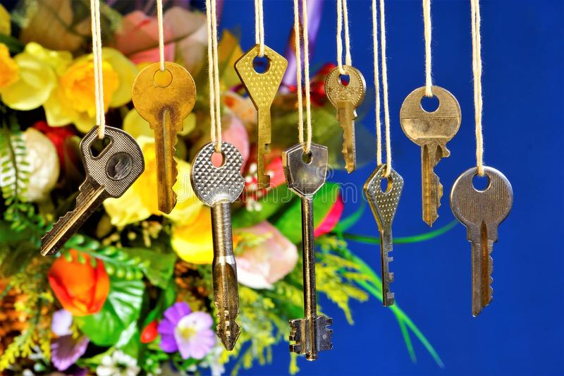 Het belangrijkste hulpmiddel aan open sloten voor aanwijzingen, oplossingen, begrip van iets, van het beheersen van iets: geheime stock afbeelding