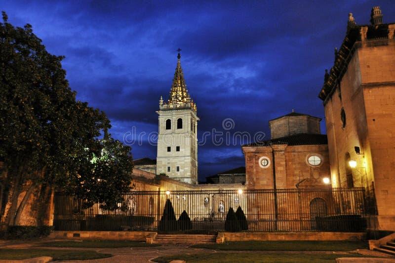 Het belangrijkste vierkant in Oviedo bij nacht, Spanje stock afbeelding