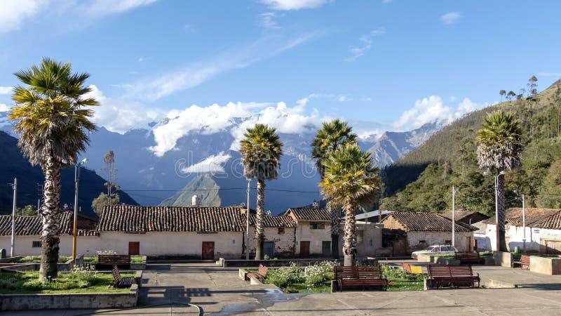 Het belangrijkste vierkant van Cachora-dorp met de bergen van de sneeuwandes op de achtergrond, Peru royalty-vrije stock foto's