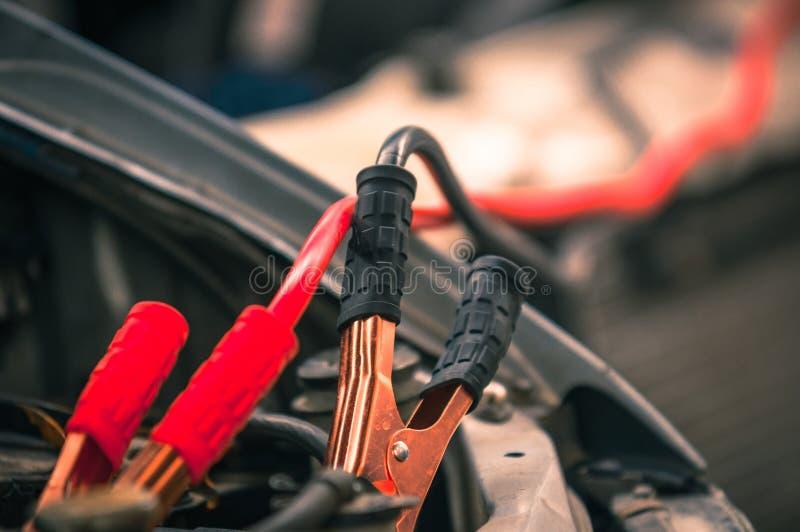 Het belasten van auto met elektriciteit stock fotografie