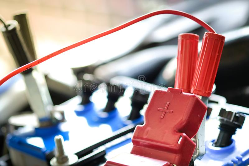 Het belasten van batterijauto met de verbindingsdraadkabels van de elektriciteitstrog, exemplaarruimte stock afbeeldingen