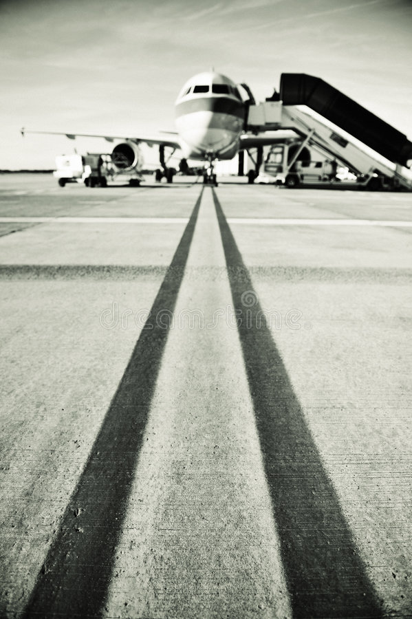 Het belasten van het vliegtuig op de baan stock fotografie