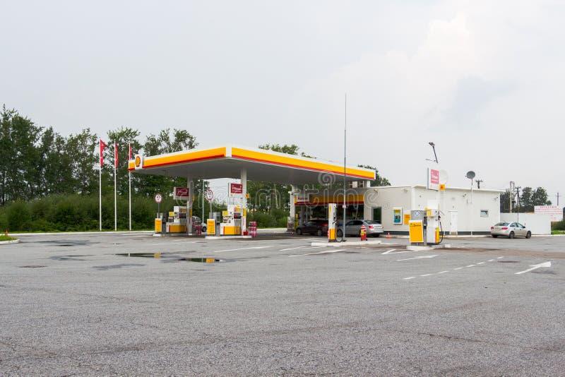 Het benzinestation van Royal Dutch Shell op een de zomerdag stock foto's