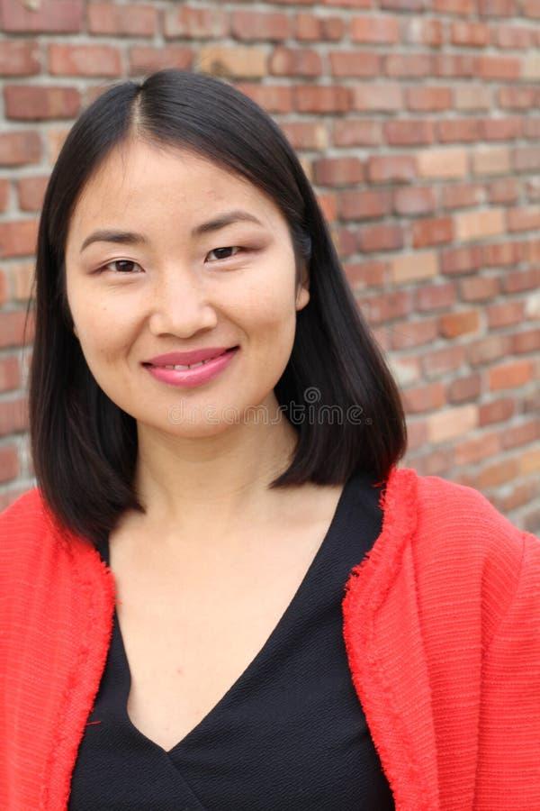 Het bepaalde kijken het Aziatische het werk vrouw glimlachen royalty-vrije stock afbeelding