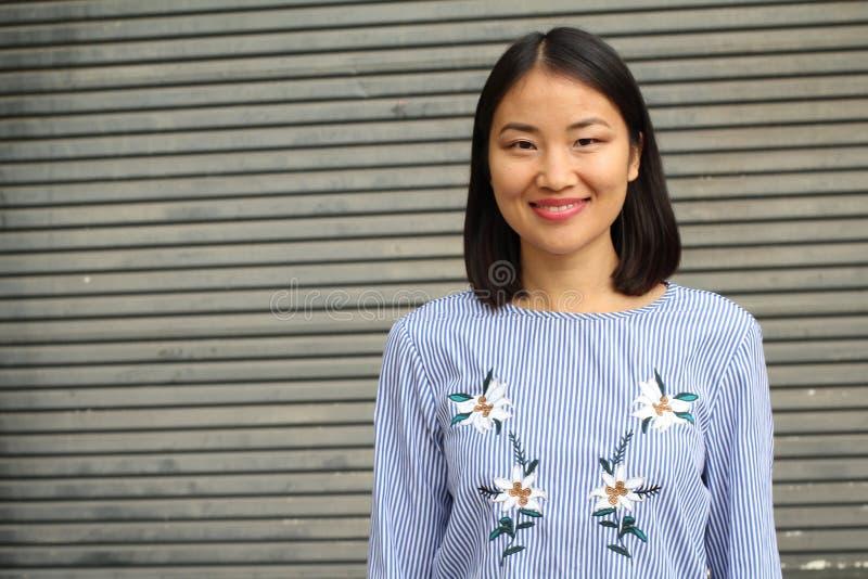 Het bepaalde kijken Aziatische werkende vrouw stock afbeeldingen