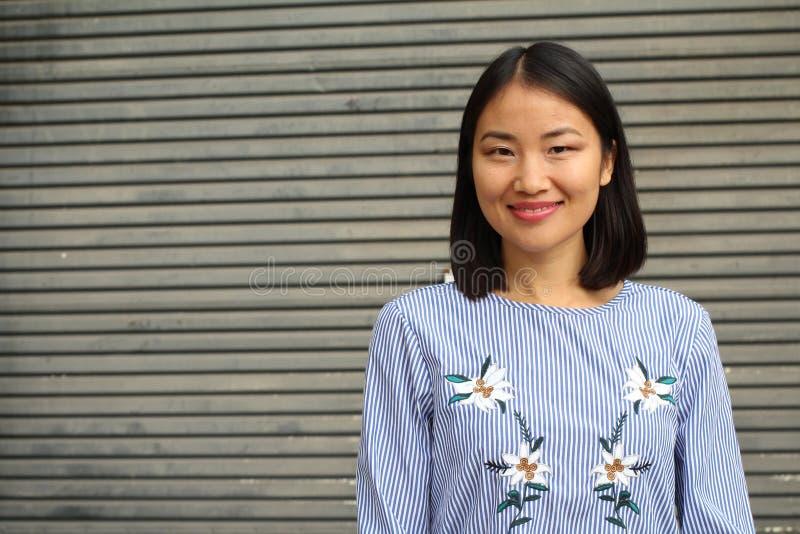 Het bepaalde kijken Aziatische werkende vrouw royalty-vrije stock afbeelding