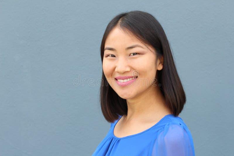 Het bepaalde kijken Aziatische werkende vrouw die met exemplaarruimte glimlachen stock foto's