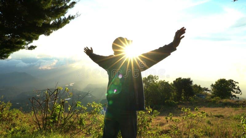 Het bereiken van de bovenkant De mens heft op handen op mooie berg lanscape op zonsopgang op Gelukkige Feelling, voelend goed ove royalty-vrije stock fotografie